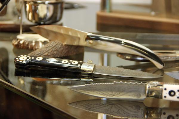 In primo piano, coltelli dell'amore con manico nero o bianco e lama incisa