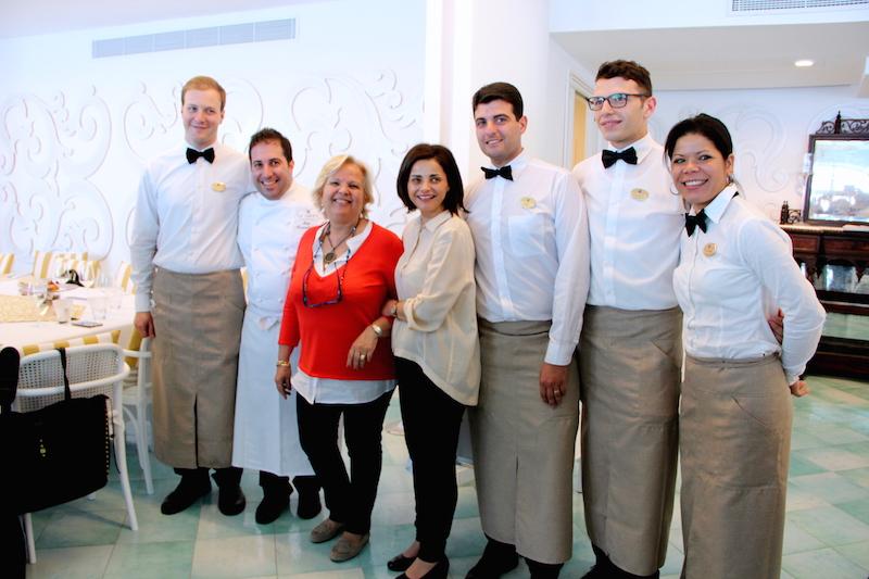 Lo staff. Secondo da sx lo chef Luigi Tramontano, alla sua sinistra Valeria Capilongo, titolare de Le Agavi, e Nicoletta Gargiulo.