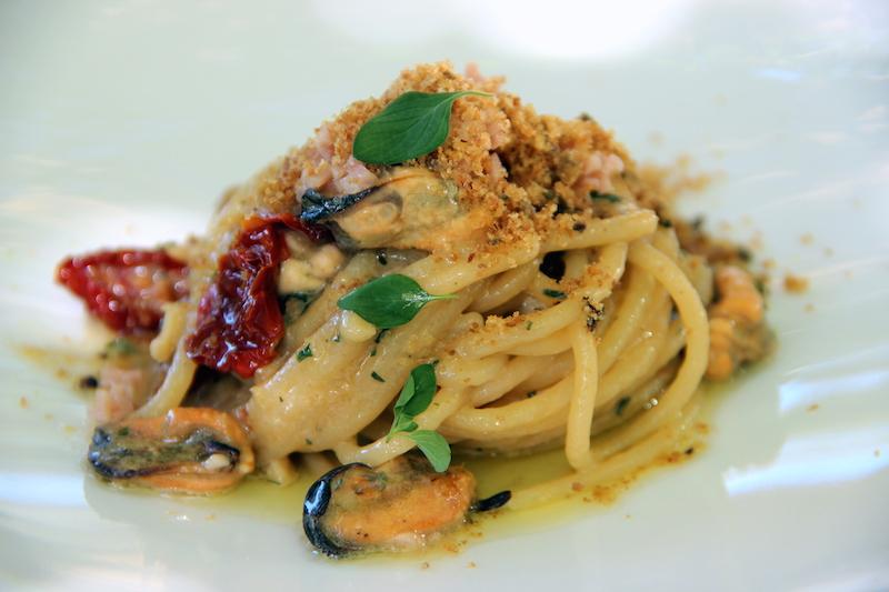 Spaghettoni di Gragnano con cozze in costiera e crumble di pane e mortadella