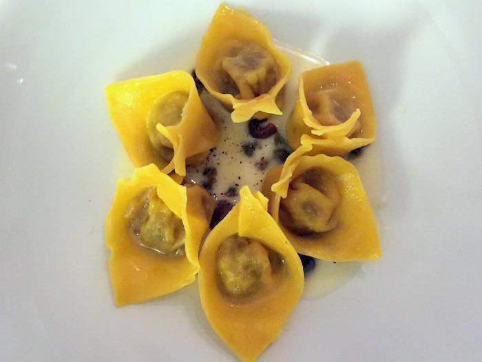 Ravioli di coniglio e olive nere, parmigiano, capperi e limone