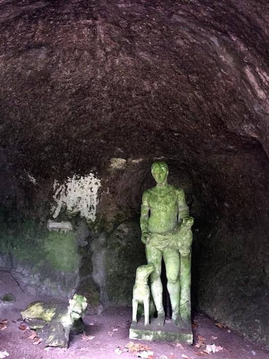 In questa foto e nelle seguenti, grotte popolate da creature fantastiche