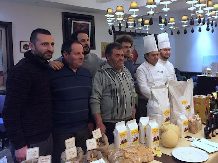 A destra, Aniello Falanga con suo figlio Nicola, addetto al forno. Da sinistra: Giuseppe Nappi, Gasperino Mirra, Armando Romito (Birrificio Maestri del Sannio), Antonio e Felice Troncone>/center>