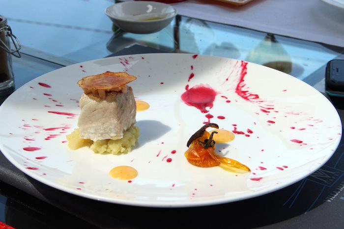 Ricciola cruda e cotta, mash di patata al wasabi, finta maionese di pomodoro giallo, chip di patata al forno, salsa di rapa rossa