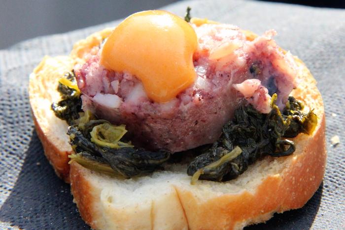 Salsiccia di polpo e pescatrice con friarielli e salsa all'acqua pazza, del Bubba Pub, specializzato in panini di ispirazione marinara.