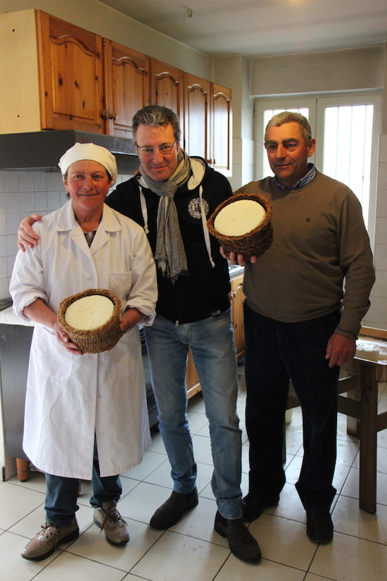 Carmela e Francesco con, al centro, Salvatore Lista (di Sagra).