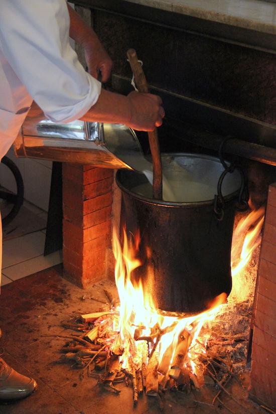 Si aggiunge latte al siero caldo.